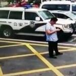 Videó: Úgy csinált a férfi, mintha elütné az autót, de ezen az alakításon csak nevetni lehet