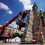 Fotók: már javában építik a Lego-tornyot