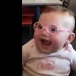Ennél cukibb ma már nem lesz: a kislány először látja tisztán az anyukáját
