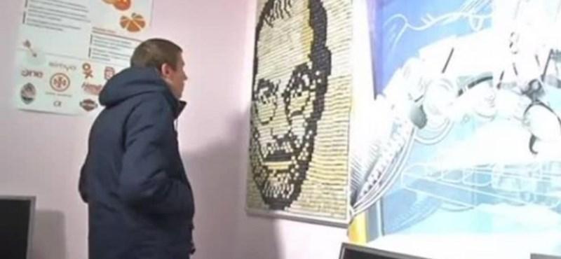 Komputer-billentyűkből rakták ki Steve Jobs portréját
