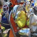 A nap fotói: Lámpa-túladagolásban szenvedő kismotor a Balatonnál
