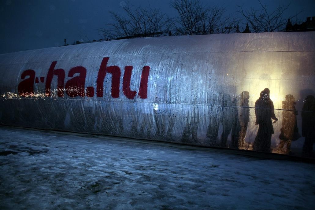 mti.10.12.01. - Résztvevők állnak a 25 méter hosszú és 4 méter átmérőjű gumióvszerben a Gödörnél, amelyet az A-HA! Országos Szexuális és Mentálhigiéniás Felvilágosító Programja állított fel a december 1-jei AIDS világnapján.