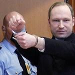 Fotó: mosolyogva lépett be Breivik a tárgyalóterembe