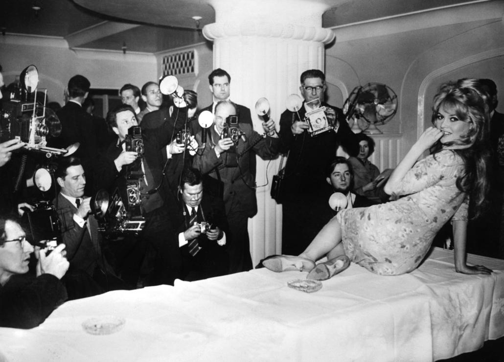afp.1959.04.01. - London, Egyesült Királyság: a ''Babette s'en va-t-en guerre / Babette háborúba megy'' forgatására érkezve - Brigitte Bardot nagyítás