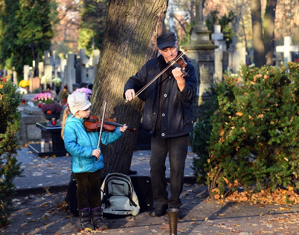 afp. Halottak napja mindenszentek nagyítás Zenészek hegedűszóval várják a látogatókat a varsói Brodno temetőben 2015. október 31-én