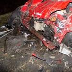 Meghalt a sofőr a felismerhetetlenre tört autóban a 83-ason (fotók)