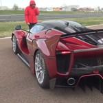 Videó: másfél milliárd forintos Ferrari először találkozik új gazdájával