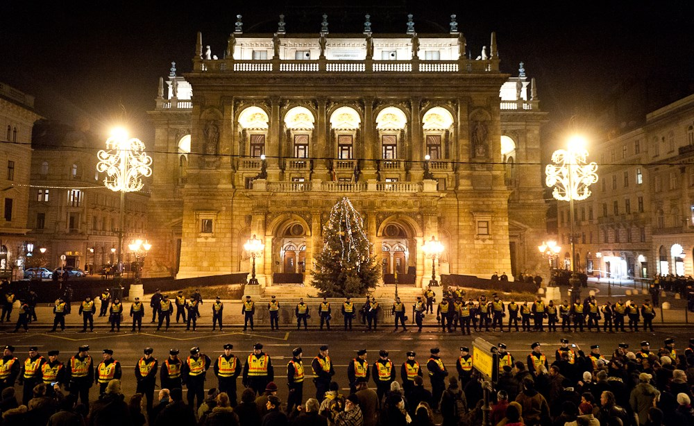Tüntetés az Operaház előtt - Nagyítás-fotógaléria
