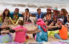 Harry és Meghan nem sokat teketóriázott, lerúgták a cipőjüket az óceánparton