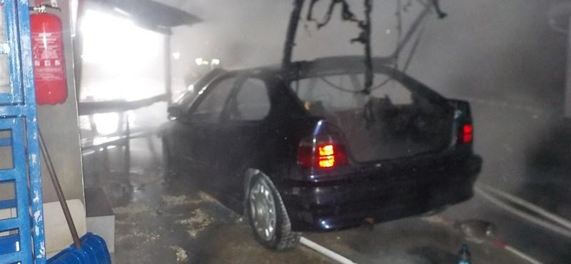 Gázpalackok mellett lángolt egy autó egy benzinkúton – fotók