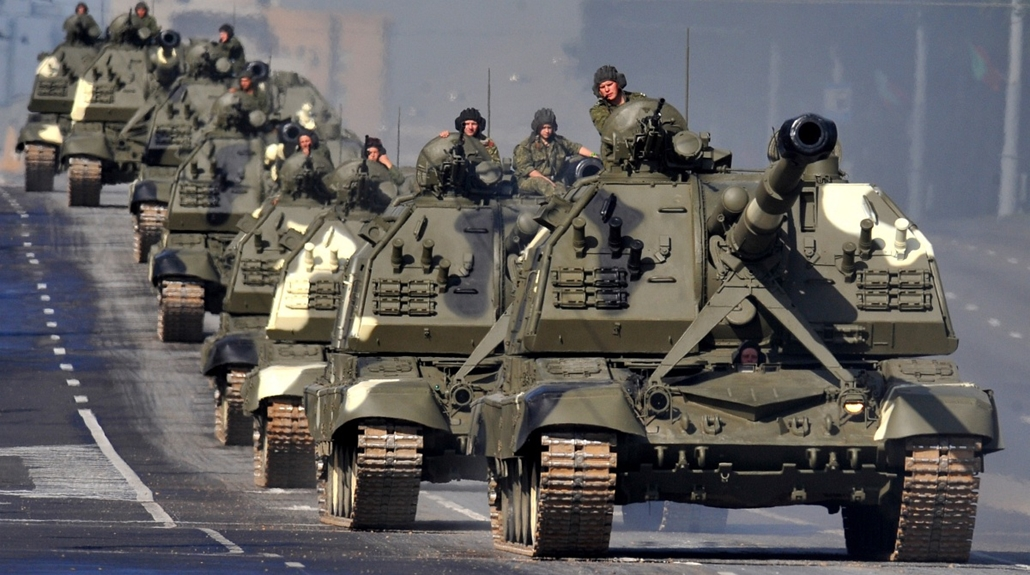 afp. hét képe 0623-0628 - Minsk, Belorusszia, 2014.06.26. tank, A column of Belarus Army self-propelled howitzers rolls in central  Minsk, on June 26, 2014, during a rehearsal of a military parade to mark the upcoming Independence Day. The former Soviet n