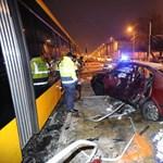 Fotók: A villamos peronján állt meg hajnalban az 1-es villamossal ütköző autó