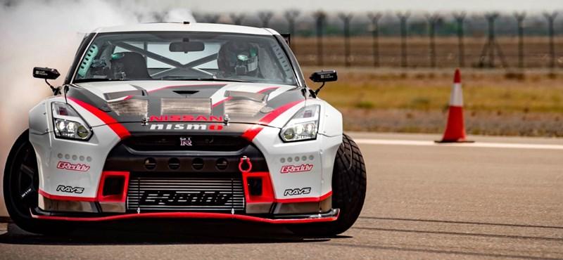 Hihetetlen sebességgel driftelt az 1380 lóerős Nissan GT-R