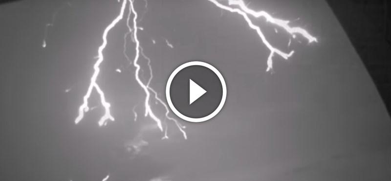Ez valami gyönyörű és félelmetes: szuperlassított videó egy épületbe csapó villámról