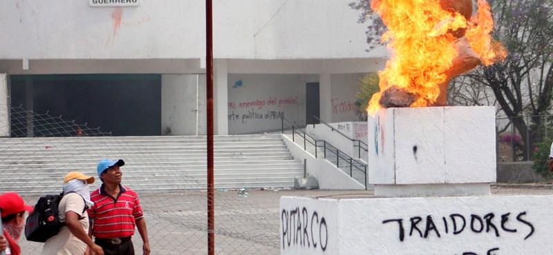 Eltávolították a tüntető tanárokat Mexikóváros főteréről