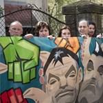 """""""Lopásgátló"""" népszavazás: polipkaros Orbánnal és Habonnyal tüntetett az MSZP"""