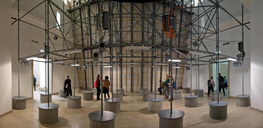 kka. Nagyítás 58. Velencei Biennálé ...amit hátulról egy ideiglenes befogadó táborra emlékeztető fémszerkezet tart, megvonva a párhuzamokat napjaink menekültválságával