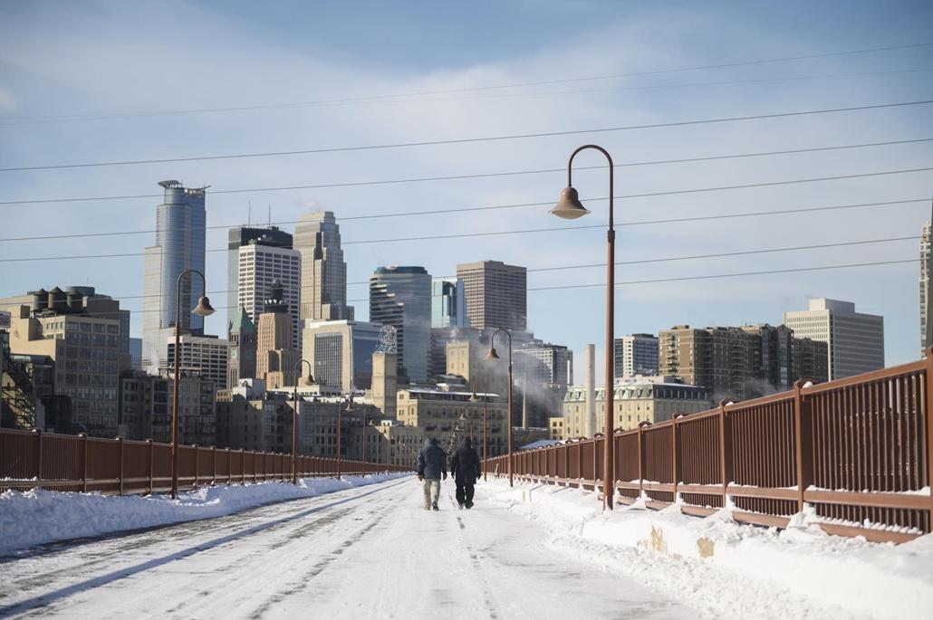 afp.19.01.29. Gyalogosok a sarkvidéki hidegben sétálnak a Stone Arch hídon Minneapolisban, Minnesotában 2019. január 29-én.