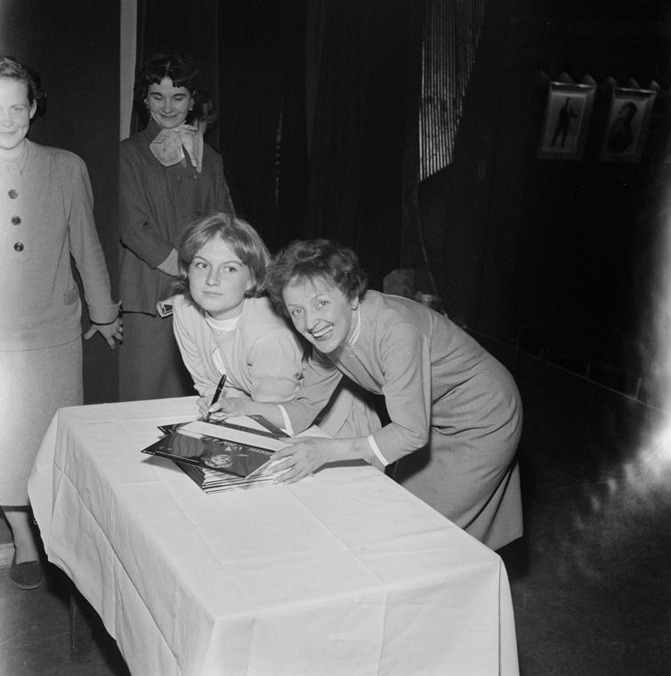 19??. - Párizs, Fr: autogram készül Mijanou Bardotnak, Brigitte Bardot húgának a századik Olympyában rendezett fellépés alkalmából - Edith Piaf