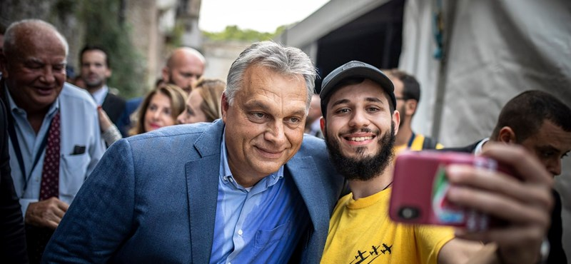 Istenítés-cunami: Irigylik a hívek az Orbánnal szelfiző olaszokat