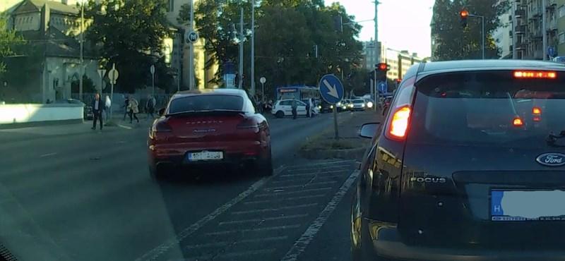 Piroson és gyalogosokon át, forgalommal szemben autózott egy Porsche a Váci úton – videó