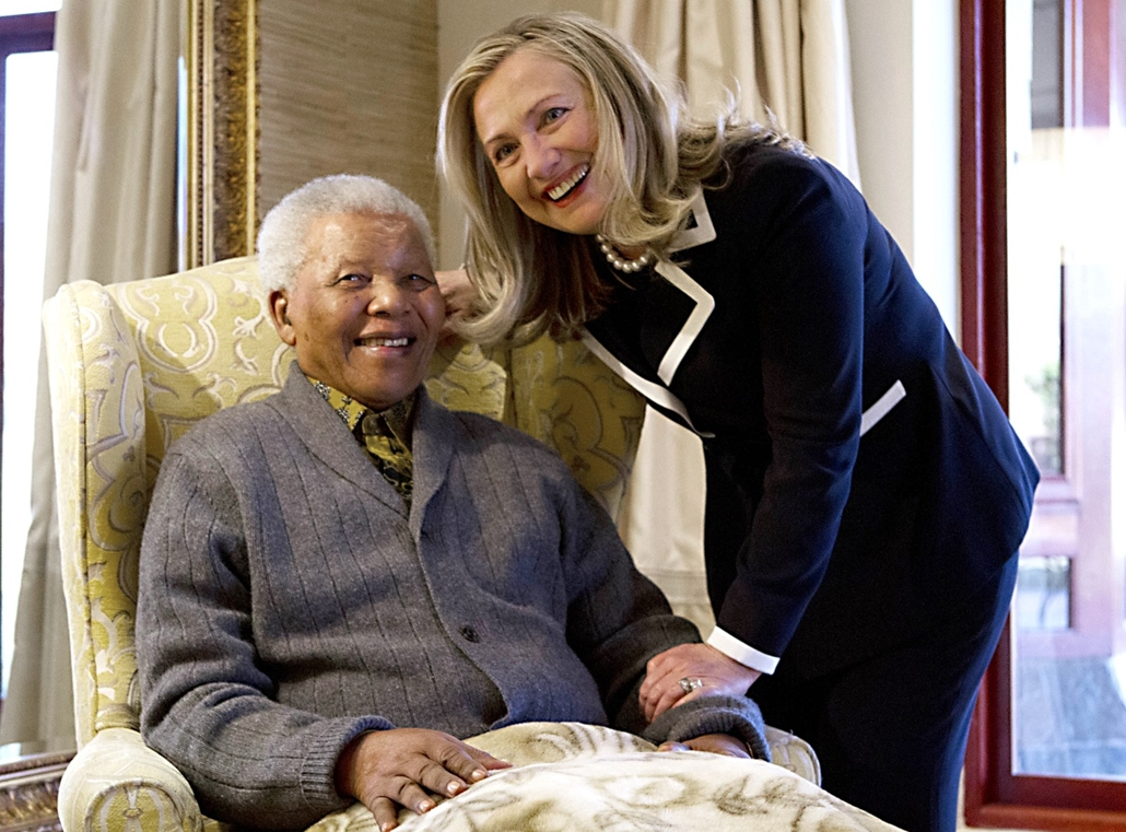 Nelson Mandela nagyítás - SOUTH AFRICA, QUNU : US Secretary of State Hillary Rodham Clinton meets with Nelson Mandela, 94, former president of South Africa, at his home in Qunu, South Africa, on August 6, 2012. Her private lunch with the Nobel Peace Prize