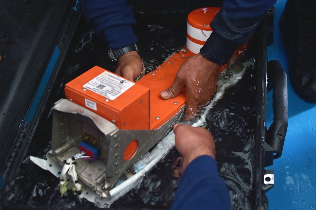 afp. Indonézia, a tengeren - feketedoboz, repülőbaleset - Indonesian divers onboard the Indonesian navy vessel KRI Banda Aceh handle the FDR (Flight Data Recorder) of the AirAsia flight QZ8501 after it was retrieved from the Java Sea on January 12, 2015.