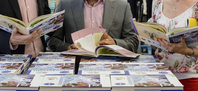 Még két hétig lehet befizetni a tankönyvcsekkeket