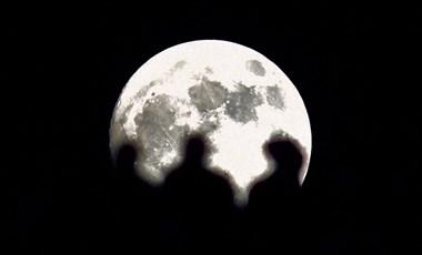 Hirtelen mindenki embert küldene a Holdra