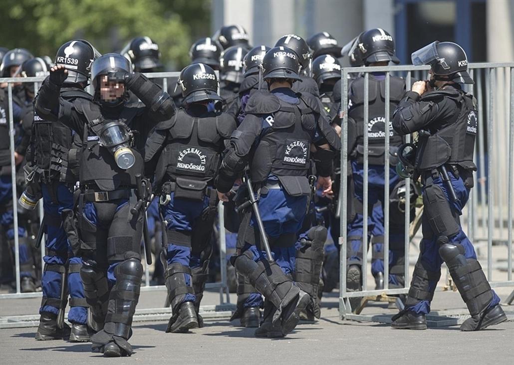 rendőr kitakarva