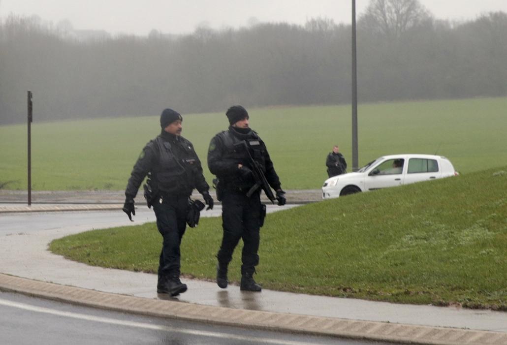 afp. lövöldözés Párizsban, Párizsi vérengzés 2014.01.09. túszejtés, Charlie Hebdo, Charles de Gaulle, kommandósok, helikopter, Dammartin-en-Goële : French police patrol in Dammartin-en-Goele where shots were fired and at least one hostage was taken in the