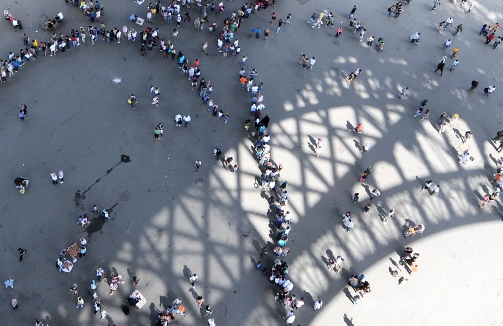 """afp. Eiffel-torony 125 éves Nagyítás - 2010.07.22. FRANCE, Paris : TO GO WITH AFP STORY IN FRENCH : """"LA TOUR EIFFEL, QUASI SATUREE, VEUT MISER SUR LA QUALITE DE L'ACCUEIL"""" - People queue to visit the Eiffel tower on July 22, 2010 in Paris."""
