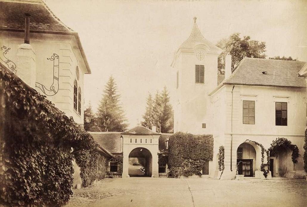 fortep_! - Klösz György kastély nagyítás - A fülesi Zichy-Meskó-kastély udvara. A felvétel 1895-1899 között készült.