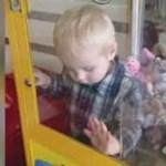 Tűzoltók vágták ki a gyereket a játékautomatából - videó