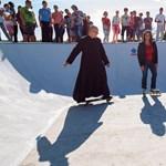 Az ország leglazább plébánosával avatott fel egy skateparkot Novák Katalin – fotók