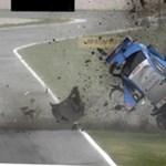 Szalagkorlátnak csapódott és darabokra tört az Audi – videó