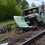 Fotó: Megúszta a vonattal csattanó teherautó sofőrje