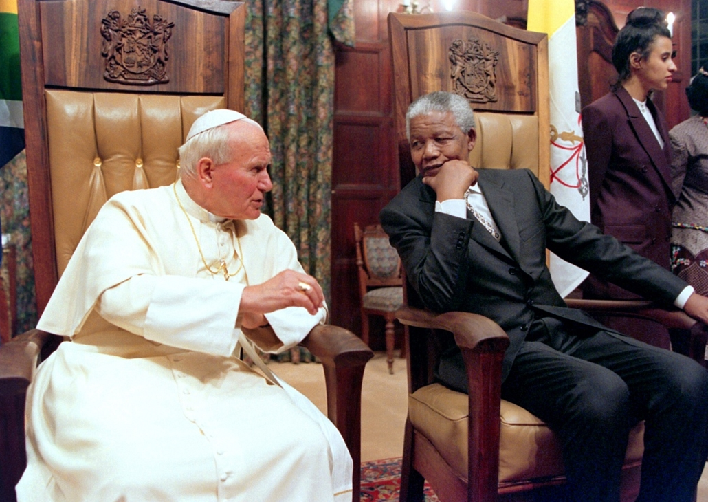 Nelson Mandela nagyítás - SOUTH AFRICA, Pretoria : Pope John Paul II and South African President Nelson Mandela talk 16 September 1995 at the Presidential guest house in Pretoria. The pontiff visited Cameroon, South Africa and Nairobi for the conclusion o