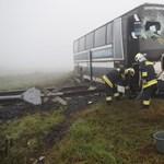 Fotó a sínen fennakadt autóbuszról