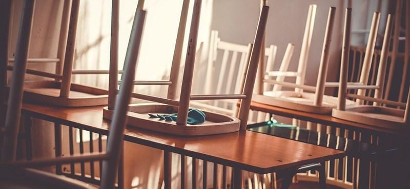 Leszakadt a plafon egy szolnoki gimnáziumban, a diákok kreatívan reagáltak