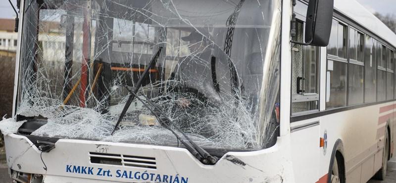 Busszal ütközött egy autó Bátonyterenyén, egy ember meghalt