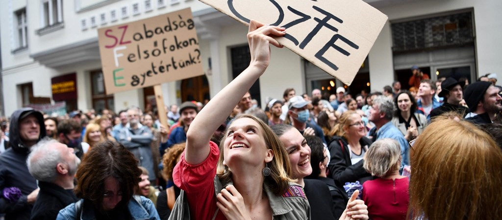 Énekelve tüntetnek a színművészetisek, amíg a parlament az egyetem sorsáról dönt