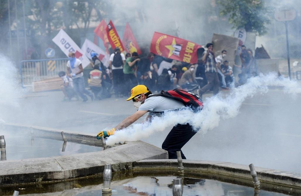Törökországi tüntetések, Ankara, 2013.  június - Könnygázzal oszlatják a kormányellenes tüntetés résztvevőit Ankarában 2013. június 2-án. Közel ezer embert vett őrizetbe Törökországban a rendőrség azok közül, akik az utóbbi napokban az ország különböző vá