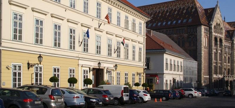Újabb 13 koronavírusos dolgozót találtak az I. kerületi önkormányzatnál