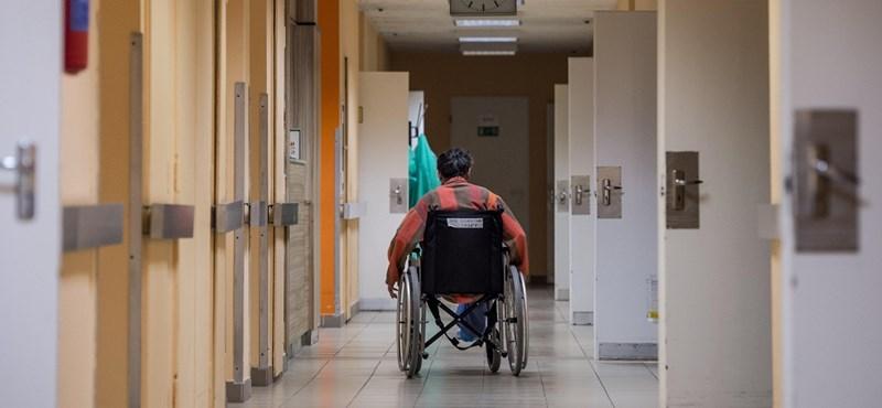 Az összes beteghordó felmondott a hatvani kórházban