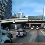 Videó: Úgy tette be a sofőr a tűzoltóautót a forgalomba, mint valami Halálos fegyver-filmben