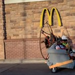 Kanapén hajtott a McDonald'sba két amerikai férfi