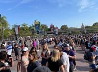 Hatalmas, maszk nélküli tömeg lepte el a Disneylandet az újranyitás napján