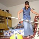 Meghökkentő munka: meztelenül takarítanak a hallgatók