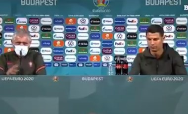 """""""Igyatok vizet!"""" – mondta Ronaldo, miután látványosan eltüntetett két Coca-Colát"""